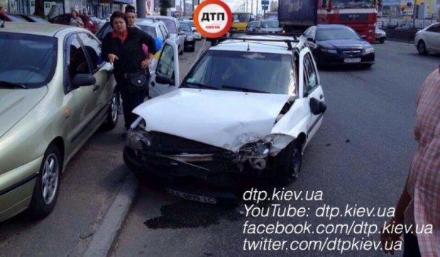 """У Києві """"Жигулі"""" відправили """"Форд"""" у відбійник, є потерпілі"""