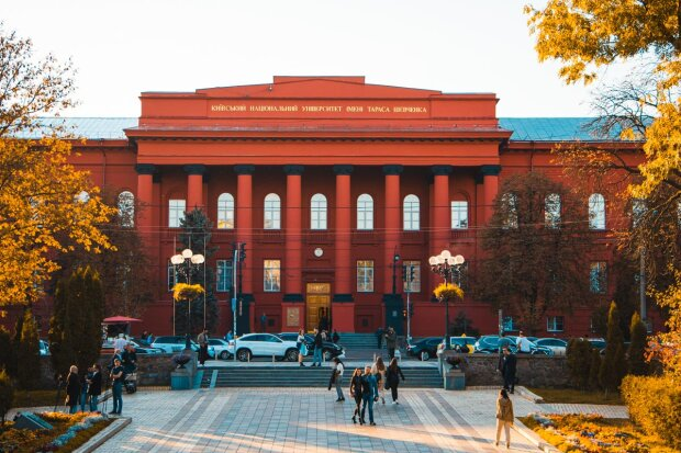 Червоний корпус університету Шевченка пофарбували: як тепер виглядає головний університет столиці