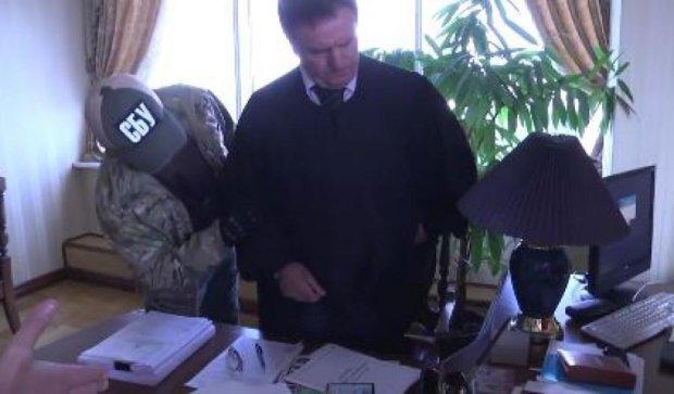 Глава Апеляционного суда пытался спрятать 6 тысяч долларов в мантии (видео)