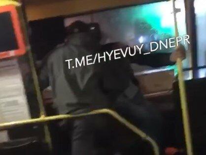 У Дніпрі озвірілий пасажир побив маршрутника за похід в магазин