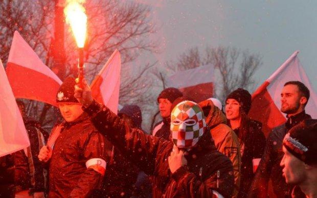 Перший пішов: неадекватного поляка викинули з України