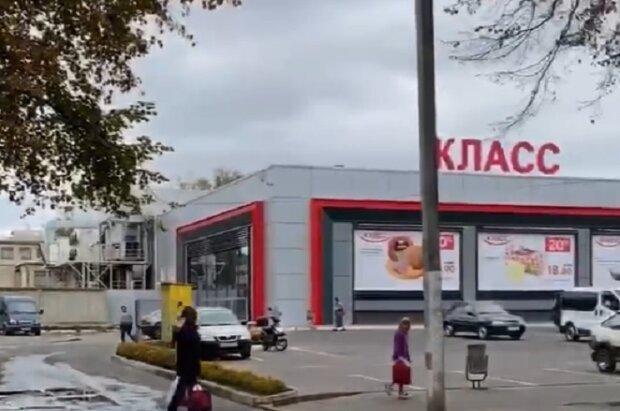 """Украинский супермаркет заливает город непонятной жидкостью: """"Перепрыгиваем лужи"""""""