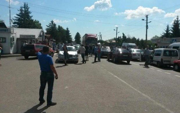 В Европу не терпится: на границе толпа покалечила патрульных