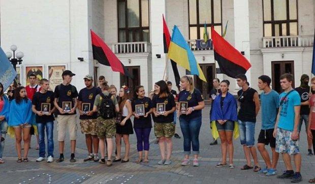 Мариуполь помянул героев Иловайска вопреки запрету властей