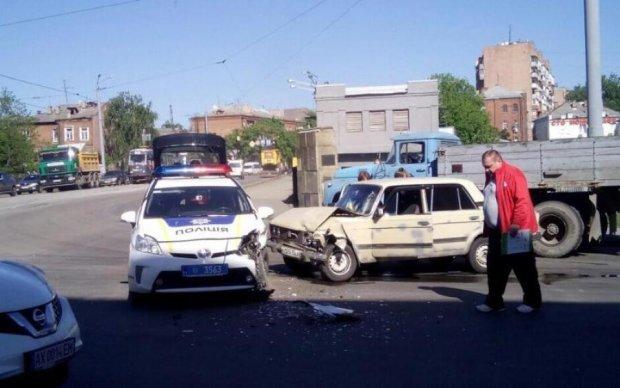 Копи травмували водія ВАЗ у Харкові: фото