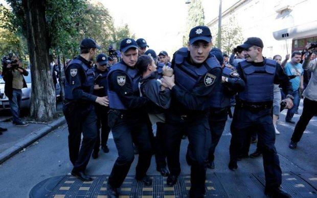 """Перевертні повернулись: """"нова поліція"""" почала вибивати свідчення силою"""