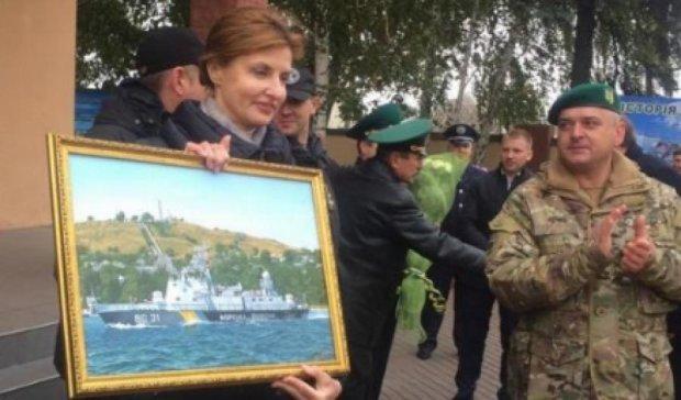 Військові подарували Марині Порошенко картину з Криму (фото)