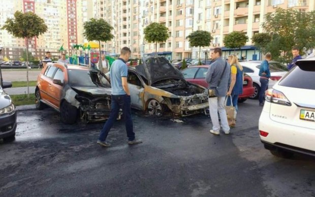Пострадали все: на глазах у копов опасная банда подожгла депутатское авто