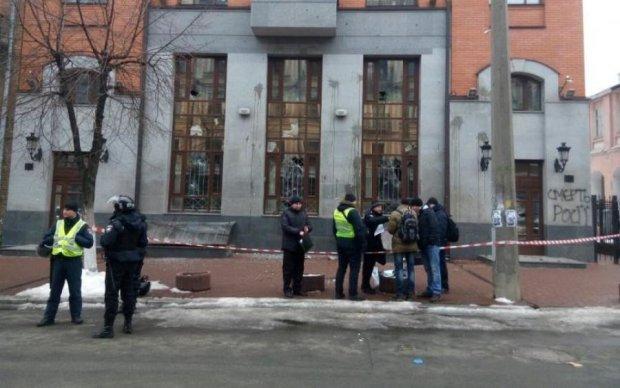 """В Киеве """"атаковали"""" польское консульство: опубликованы кадры"""