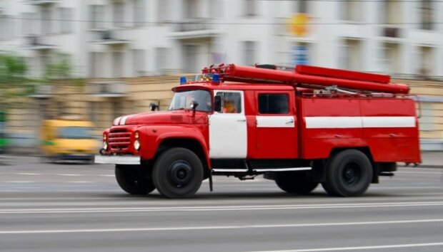 У Харкові пожежна машина провалилась крізь землю, і сором тут ні до чого: подробиці НП