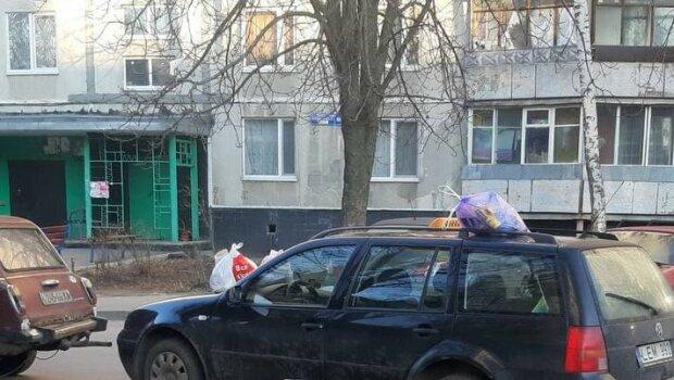 Харьковчане навалили кучу на капот героя парковки: попахивает кисленьким