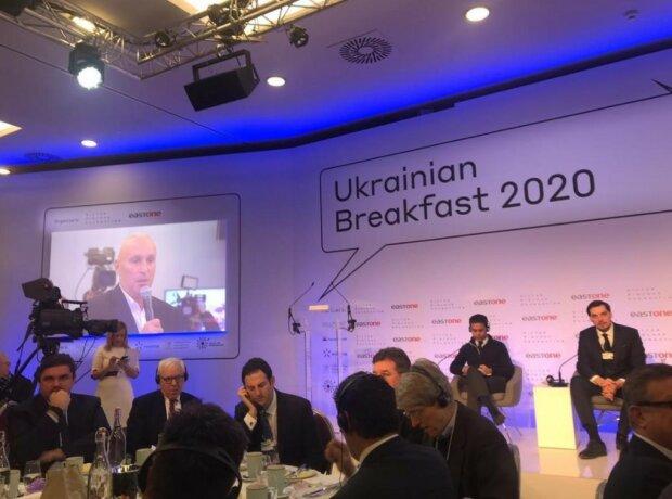 """Український бомонд """"у щільному кільці з 10 охоронців"""" в Давосі насмішив бізнесменів"""