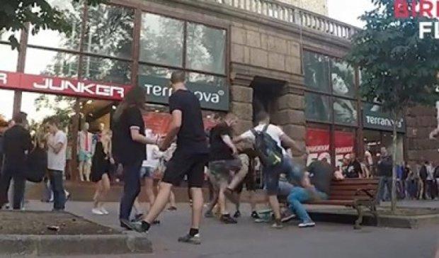 В Киеве пару геев избили и брызнули газом в лицо (видео)
