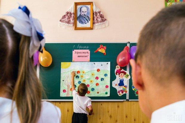 """Нова українська школа в дії: розпилювали парти та складалися """"на штори"""""""