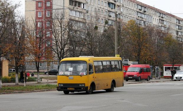 """Не удалось """"проскочить"""": киевская маршрутка завалила внедорожник на обочину, есть пострадавшие"""