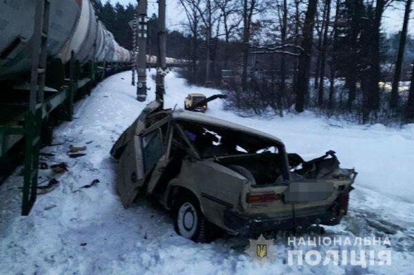 """На Киевщине поезд подмял под себя старенький """"Жигуль"""", автомобиль и человек - в мясо"""