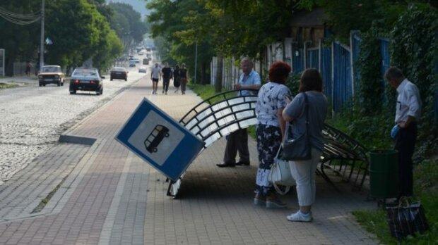 На Тернопільщині вандали розібрали зупинку - чекайте на транспорт просто неба