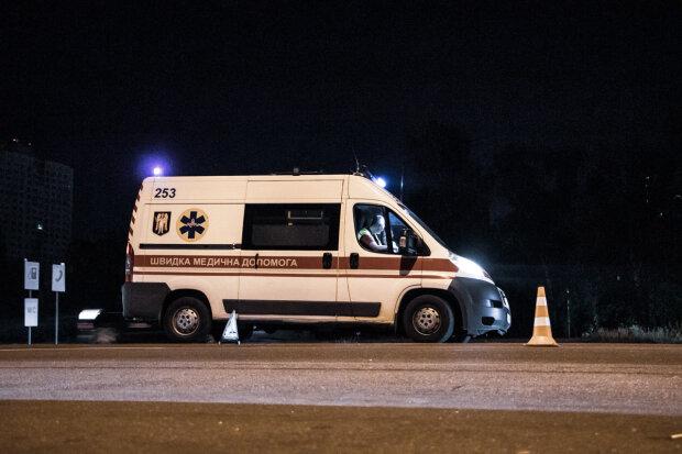 """У Києві вантажівка влетіла в пішохода, """"відкинуло на автобус"""": моторошні кадри смертельної аварії"""