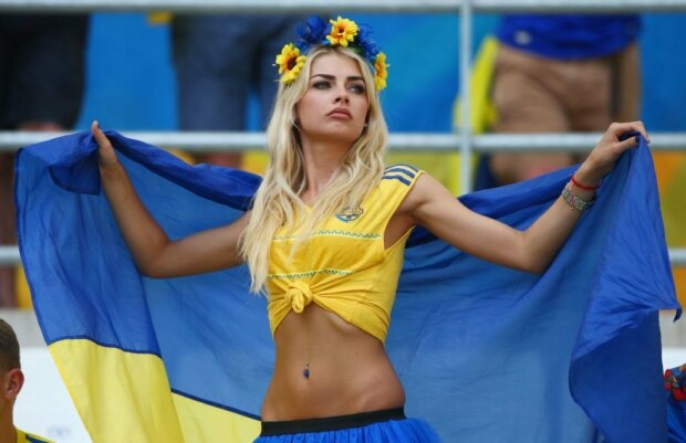 """Фото самых горячих жен украинских футболистов: """"Таким красоткам хочется забить гол"""""""