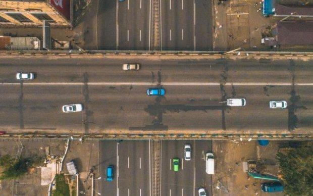 """Море копів, """"швидкі"""" та водії-розумники: як у Києві закривали Шулявський міст"""