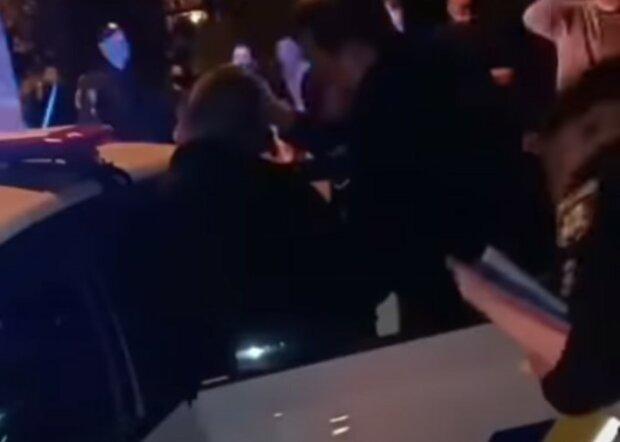 """У Львові банда дебоширів влаштувала копам """"веселу"""" ніч - захищали п'яного друга"""