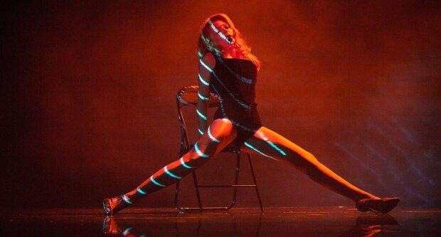 """Тина Кароль встала в прозрачном платье между четырьмя молоденькими: """"Просят культовый танец"""""""