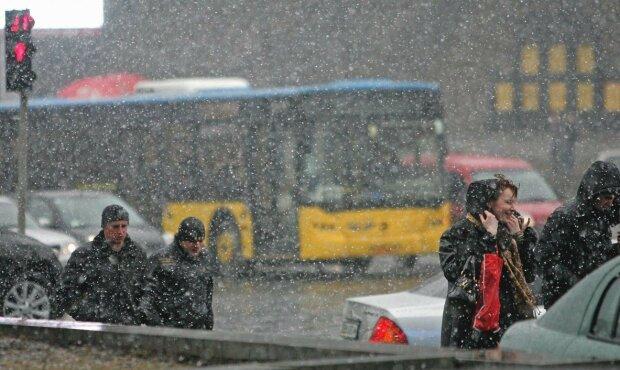 Львів, дощ, парасольки - стихія влаштує мокрі ігри 26 лютого