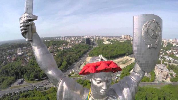 Родина-мать в Киеве, скрин с видео