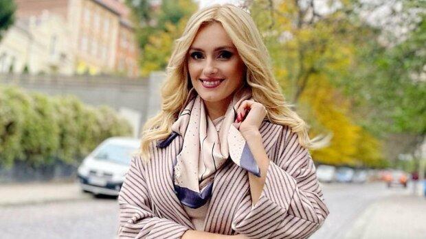 """Гаряча Федишин прикрила найцікавіше капелюшком і подражнила українців: """"Хочеться?"""""""
