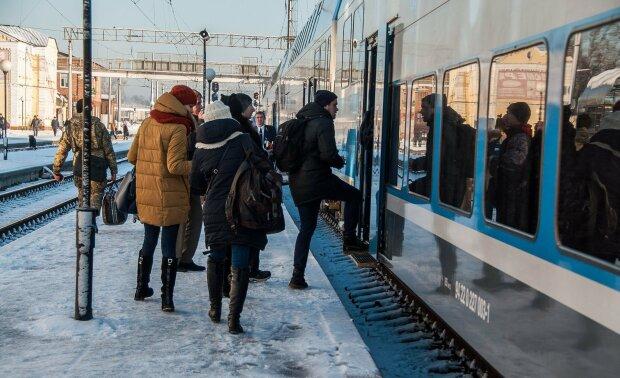 Укрзализныця заставила пассажиров терпеть: поезд весь на понтах, но ни один туалет не работает