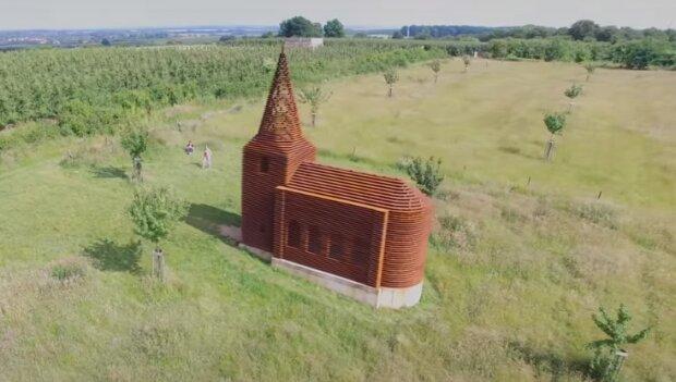 Непримечательная с высоты церковь на земле магическим образом исчезает
