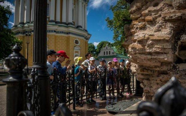 Двуглавые курицы: киевлян возмутила российская символика в самом святом месте столицы