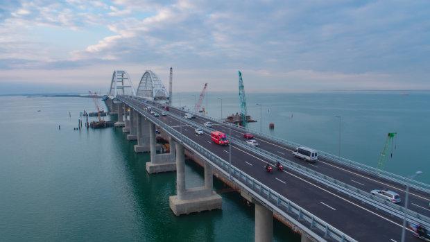Крымский мост начал разваливаться: оккупанты пытаются экстренно его залатать