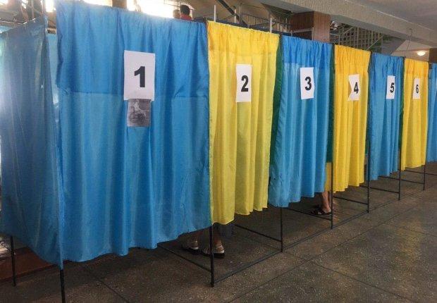 Одесситку застукали на горячем в кабинке для голосования: не может без этого и дня