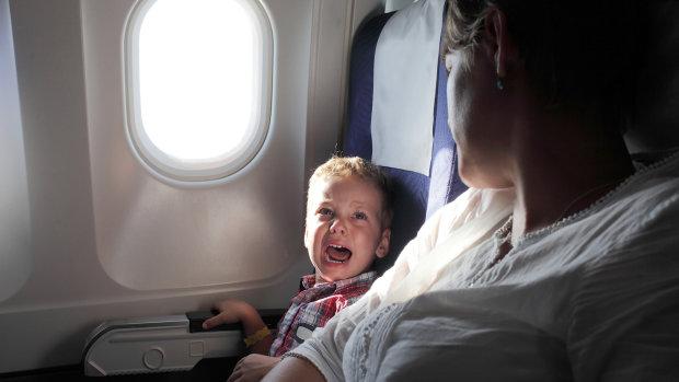 Почему ребенок плачет в самолете и как избежать этого