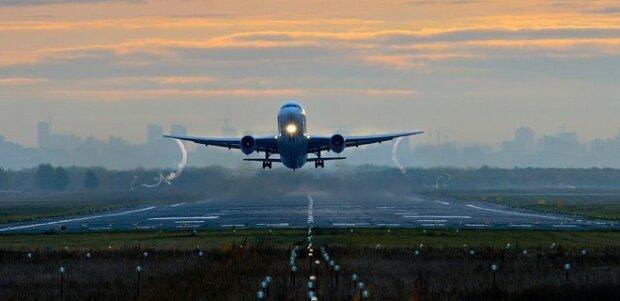 Развернулся над Днепром: самолет из Польши решил не приземляться в Запорожье