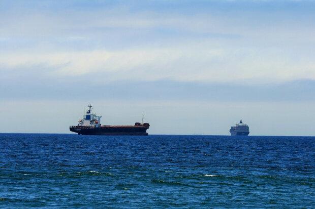 Терміново: корабель Путіна нахабно увірвався в українські води, армія напоготові