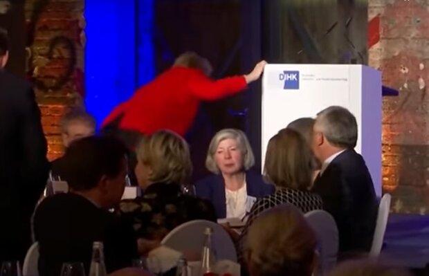 Ангела Меркель упала на сцене, скриншот из видео: Daily Mail