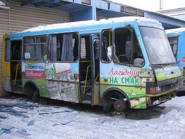 """Маршрутка з пасажирами розсипалася просто на ходу: кадри """"процвітаючої ДНР"""" шокували мережу"""
