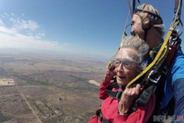 Африканка у 100 років стрибнула з парашутом