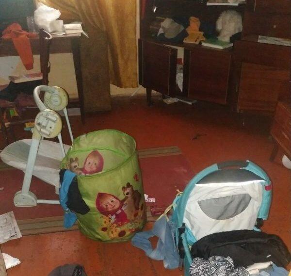 На Франковщине шестерых малышей вызволили из дома-свалки: спали в мусоре, объедки вместо завтрака