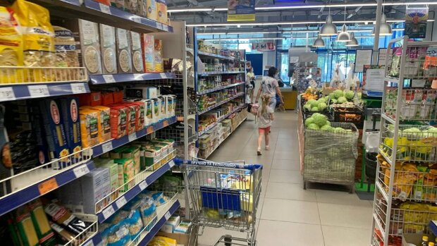 "Пробил 10 пакетов: украинку ""раздели"" на кассе супермаркета"