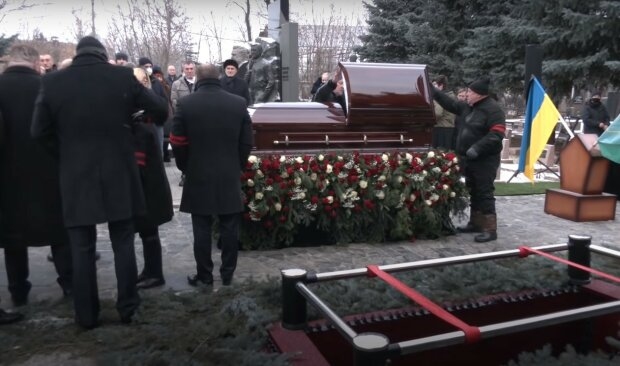 """На похоронах Кернеса запустили скандальный салют, мэрия поддержала: """"Достоин"""""""