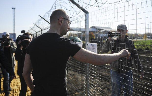 """В сети показали """"Стену Яценюка"""", украинцы в ярости: - """"Чтоб ты на ней повесился"""""""