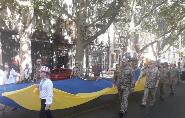 День Независимости Украины: в Одессе сотни ветеранов АТО развернули гигантский флаг, кадры шествия воинов