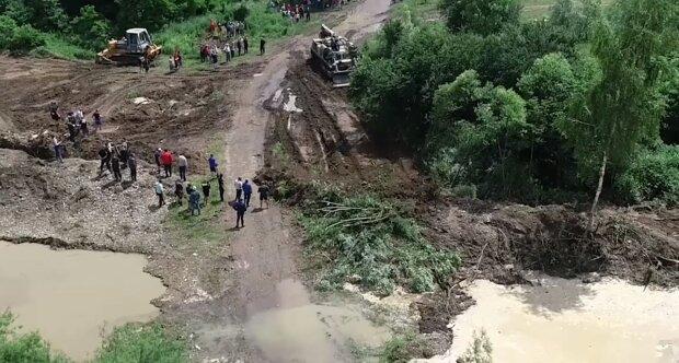 Наслідки повені в Карпатах показали з висоти - розмиті дороги і плаваючі будинки, як у фільмі про Апокаліпсис