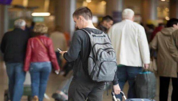Українець з валізою, скріншот: Youtube