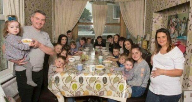 """Фото нереально великої і дружної сім'ї підкорили мережу: """"Народила 20 дітей"""""""