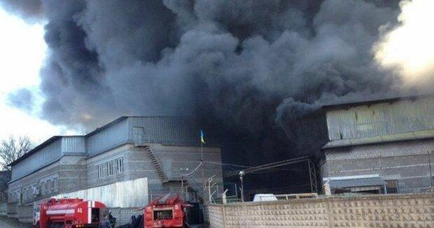 У Дніпрі пекельне полум'я охопило завод: подробиці НП
