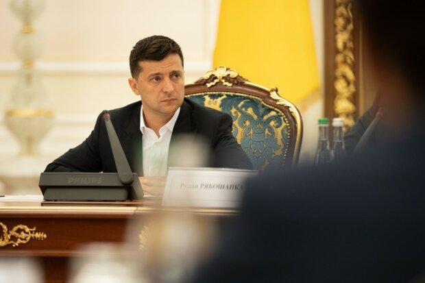 Зеленский скромнее всех: украинцам рассекретили заоблачные зарплаты Богдана, Рябошапки и Гончарука